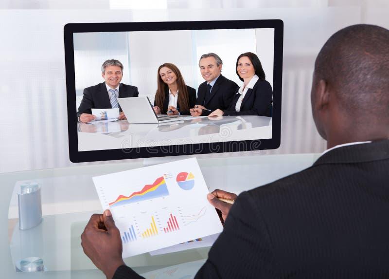 Affärsman i konferens som analyserar grafen royaltyfri bild
