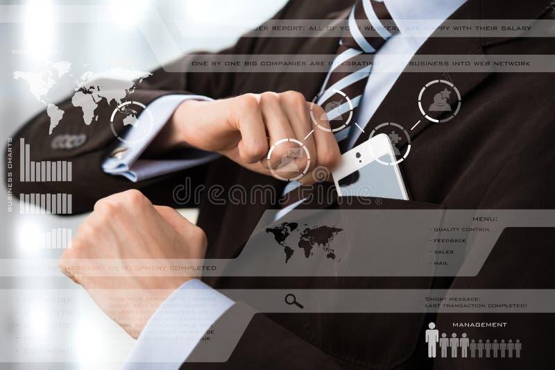 Affärsman i lyxig dräkt framme av den digitala skärmen royaltyfri fotografi