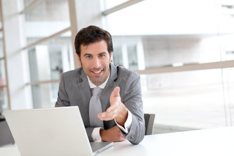 Affärsman i möte som råder klienten royaltyfria foton