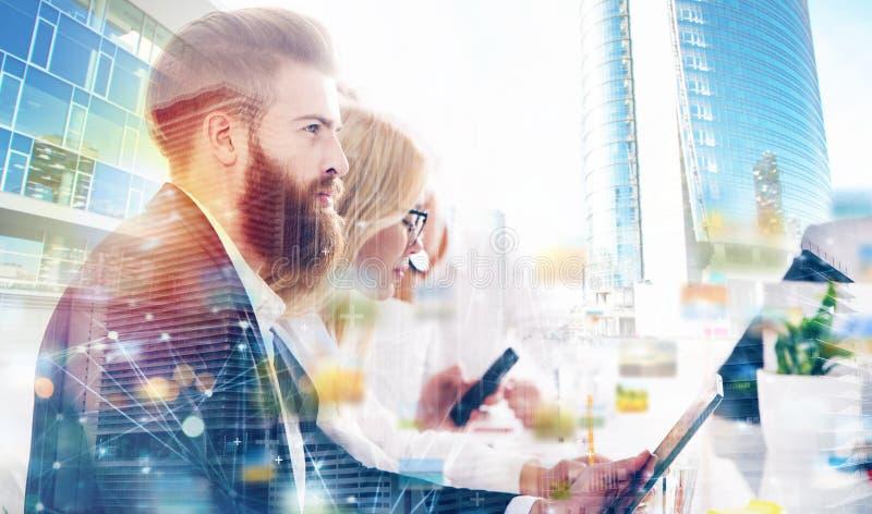 Affärsman i regeringsställning förbindelse till internetnätverket Begrepp av det startup företaget dubbel exponering fotografering för bildbyråer