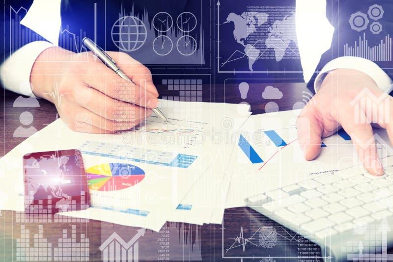 Affärsman i regeringsställning med diagram och telefonteckningsaffär c royaltyfri fotografi
