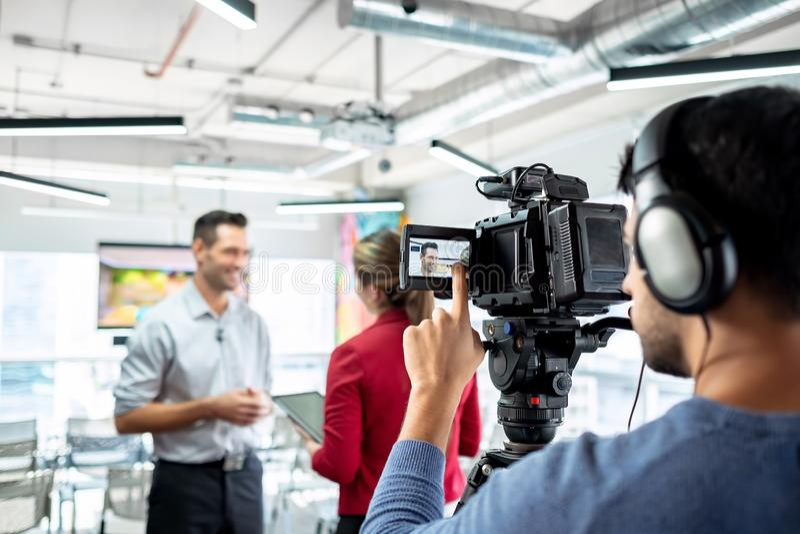 Affärsman i regeringsställning som talar och ler under företags intervju arkivfoto