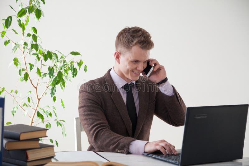 Affärsman i samtal för ett arbete för stående för affärsdräkt i regeringsställning arkivbilder