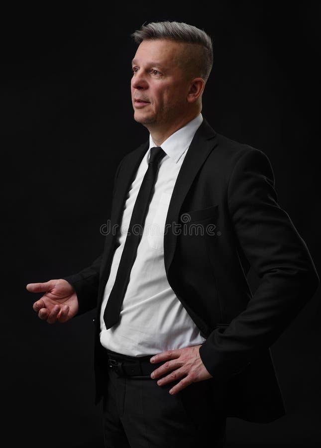 Affärsman i svart dräkt- och vitskjorta arkivfoton