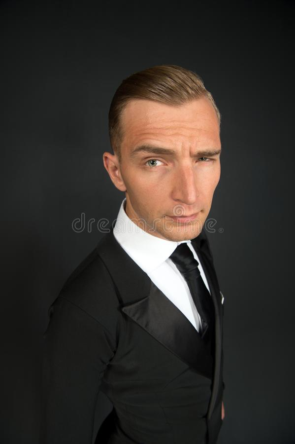 Affärsman i svart dräktblinkningöga på mörk bakgrund royaltyfria foton