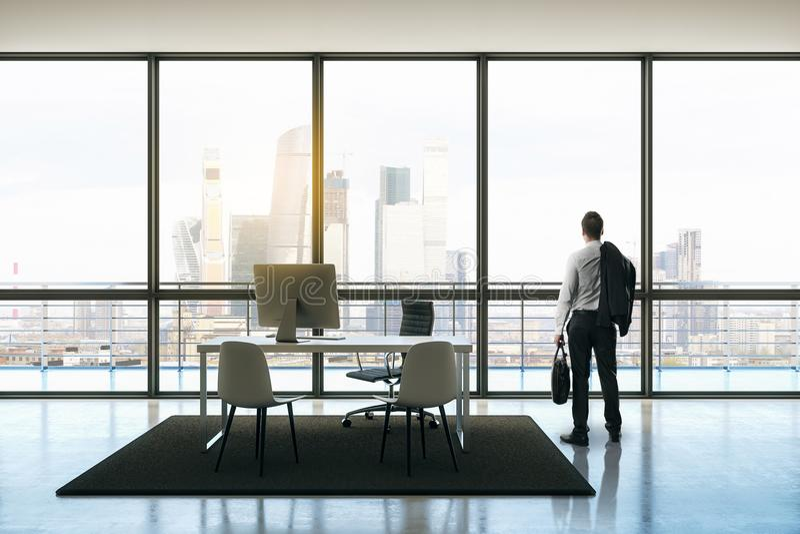 Affärsman i takvåningkontor royaltyfri bild