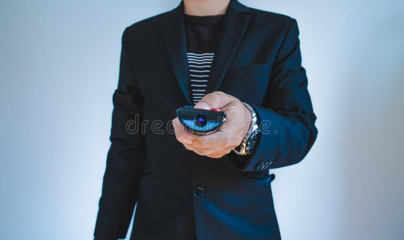 Affärsman i tillfällig dräktpushfjärrkontroll, selektiv fokus arkivbilder