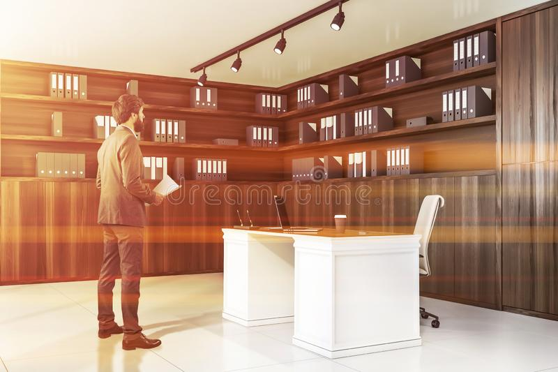 Affärsman i trävdkontor arkivfoto