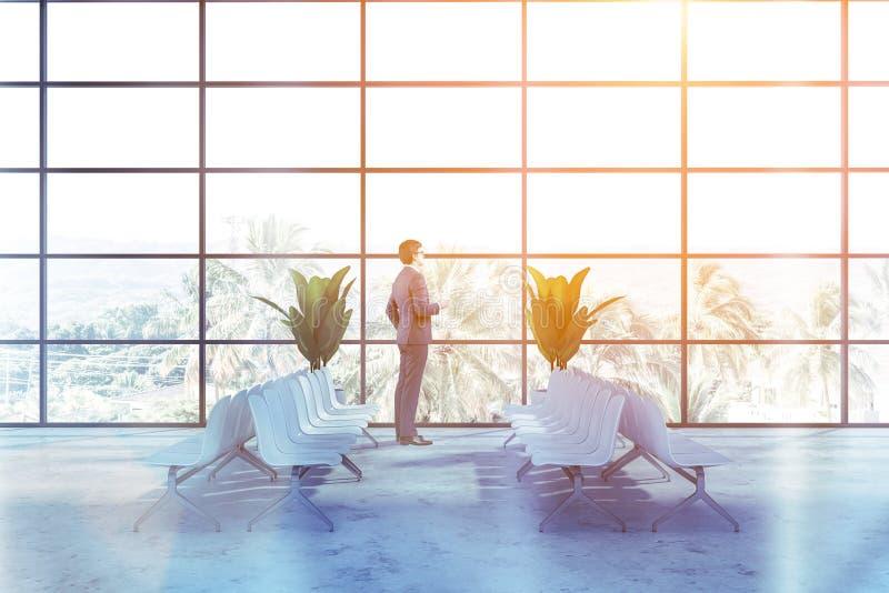 Affärsman i väntande rum för panorama- flygplats royaltyfri fotografi