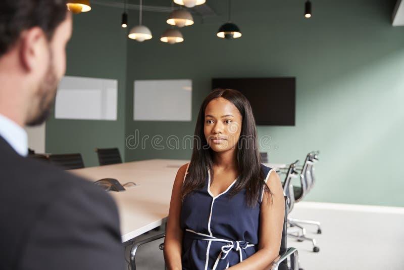 Affärsman Interviewing Female Candidate på den doktorand- rekryteringbedömningdagen i regeringsställning royaltyfria bilder