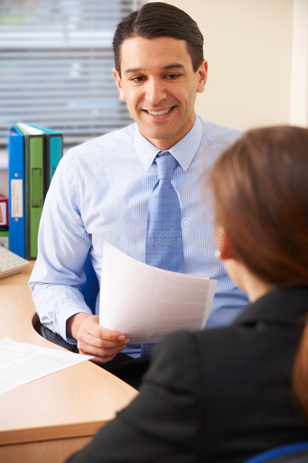 Affärsman Interviewing Female Job Applicant royaltyfria bilder