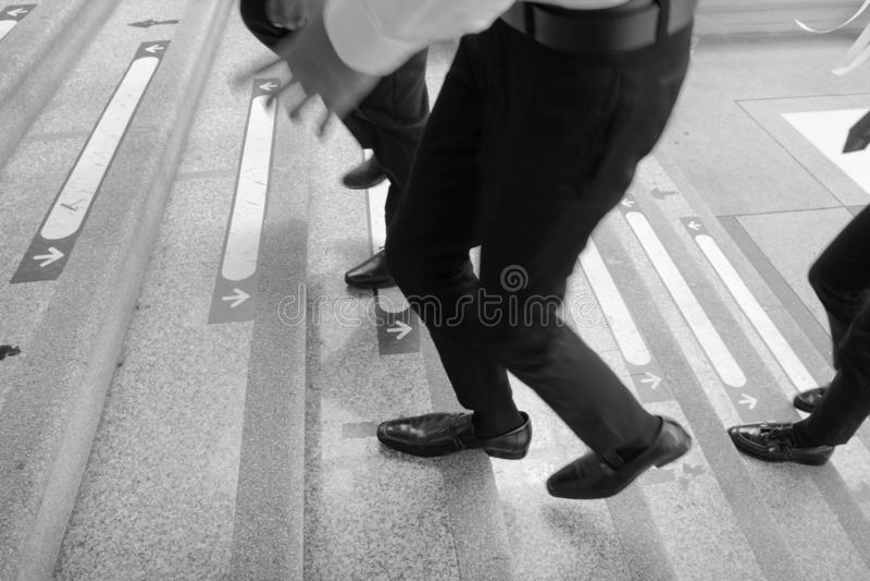 Affärsman Legs Walking Up trappan royaltyfri bild