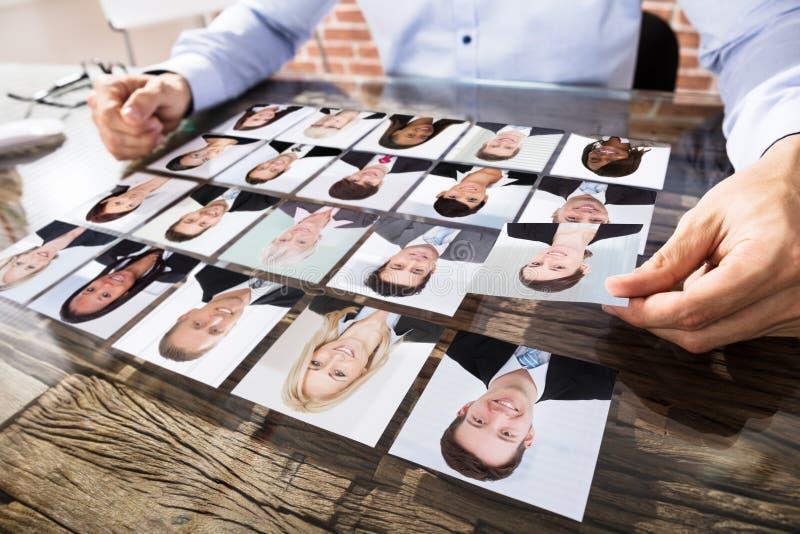 Affärsman Making Candidate Selection för jobb arkivbild