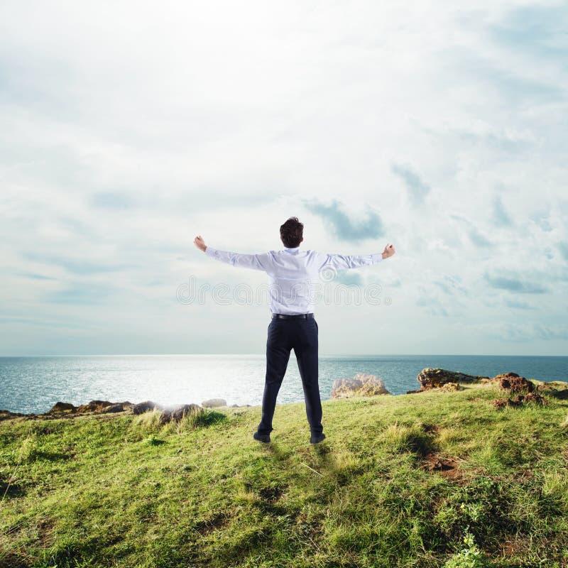 Affärsman med öppna armar till himlen begrepp av framgång och frihet arkivbild