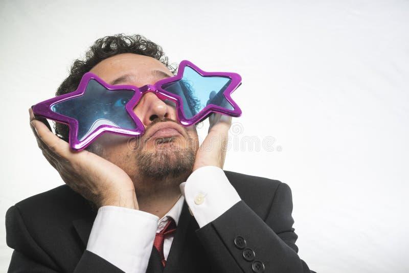 Affärsman med achieveren den stjärnor för exponeringsglas galen och rolig, arkivfoton