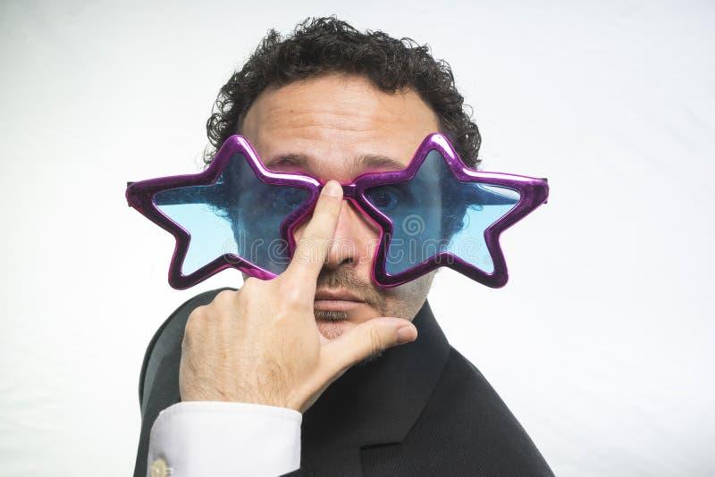 Affärsman med achieveren den stjärnor för exponeringsglas galen och rolig, arkivbild