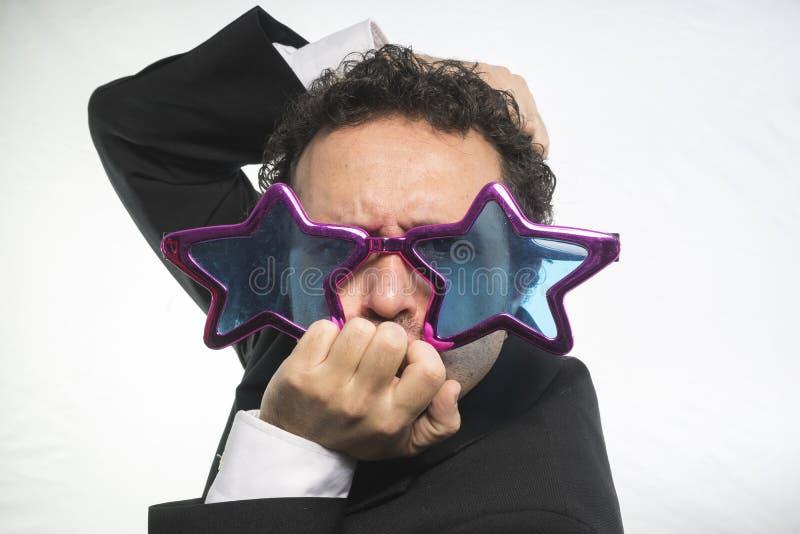 Affärsman med achieveren den stjärnor för exponeringsglas galen och rolig, royaltyfri bild