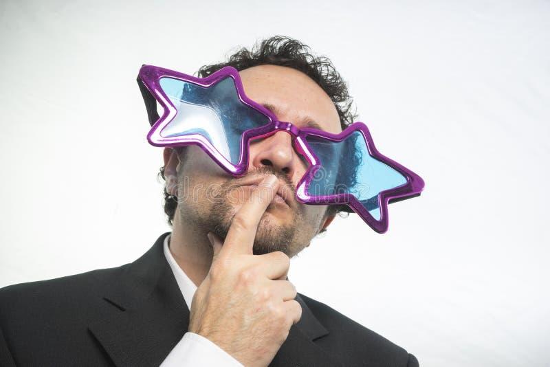 Affärsman med achieveren den stjärnor för exponeringsglas galen och rolig, royaltyfria bilder