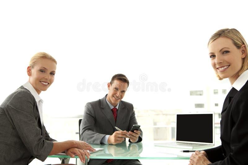 Affärsman med affärskvinna två på ett möte royaltyfri bild