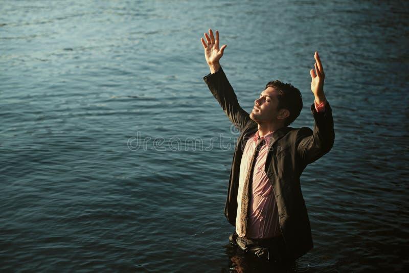 Affärsman med armar till himlen royaltyfri bild