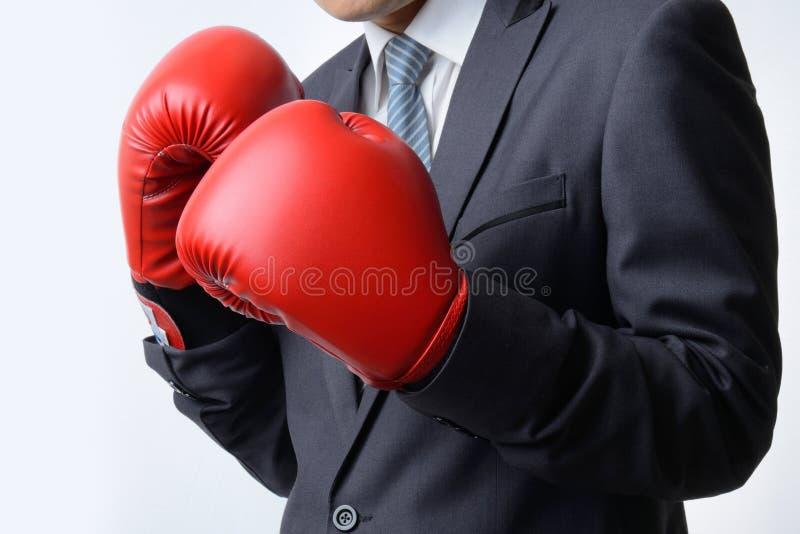 Affärsman med boxninghandsken som är klar att slåss med problemet, busin arkivbild