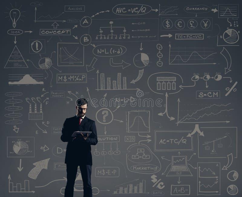 Affärsman med datorminnestavlan Schematisk bakgrund Affär royaltyfria foton