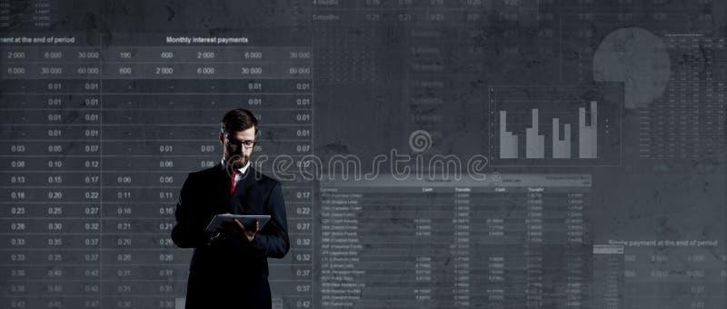 Affärsman med datorminnestavlan Schematisk bakgrund Affär arkivbilder