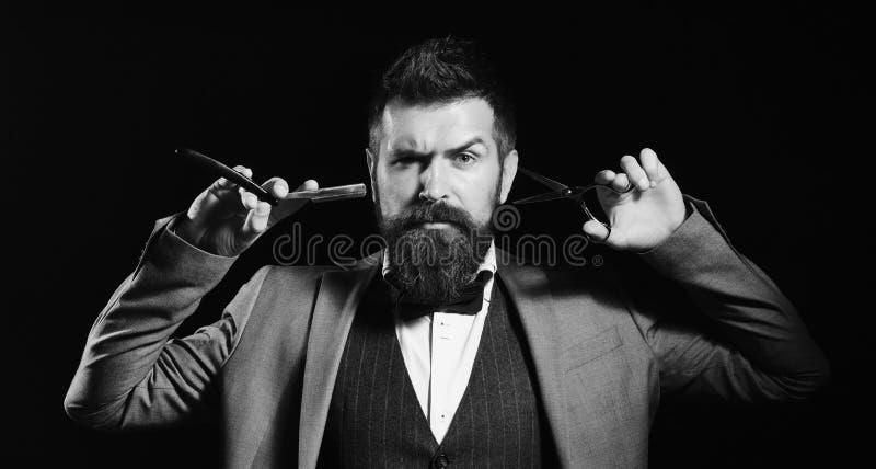 Affärsman med den allvarliga framsidan som isoleras på svart bakgrund Macho i formell dräkt klipper, och rakningar uppsöker royaltyfri foto
