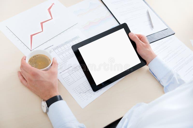 Affärsman med den digitala datoren royaltyfri foto