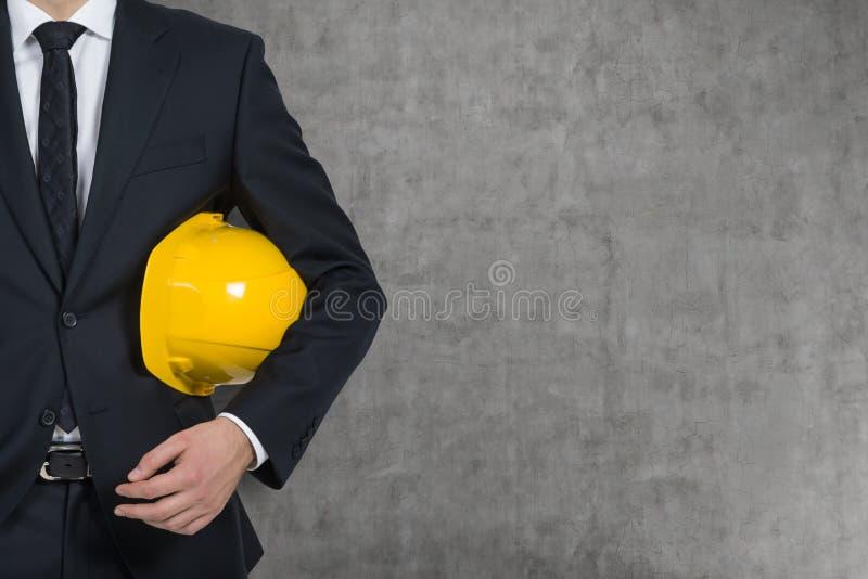 Affärsman med den gula hårda hatten royaltyfria bilder