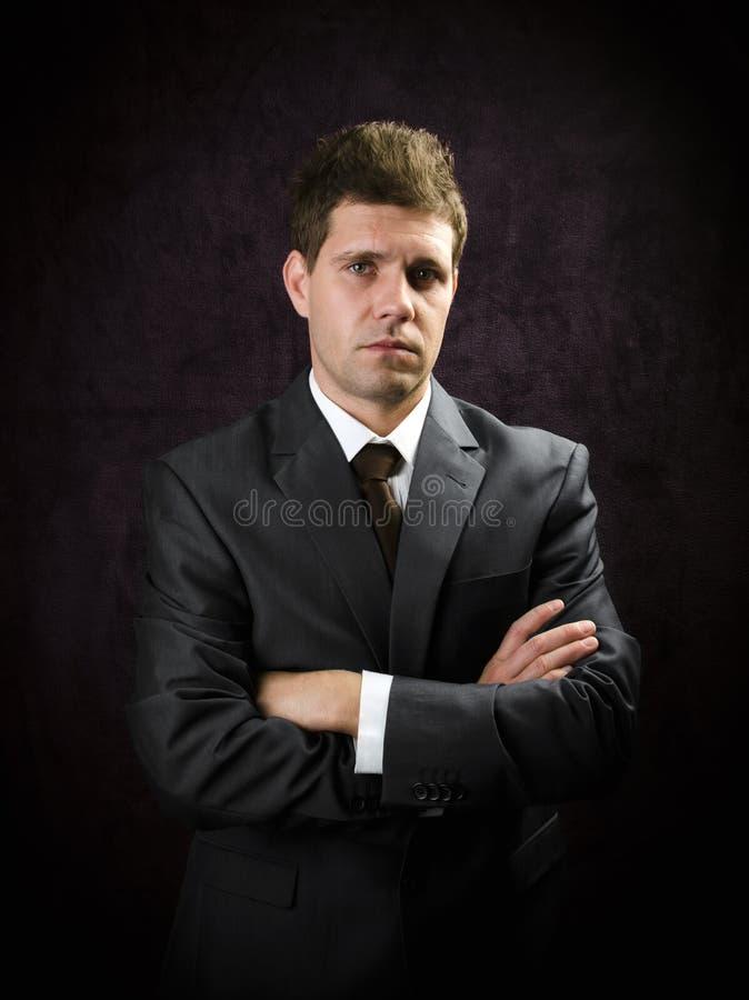 Affärsman med den korsade armen royaltyfria foton