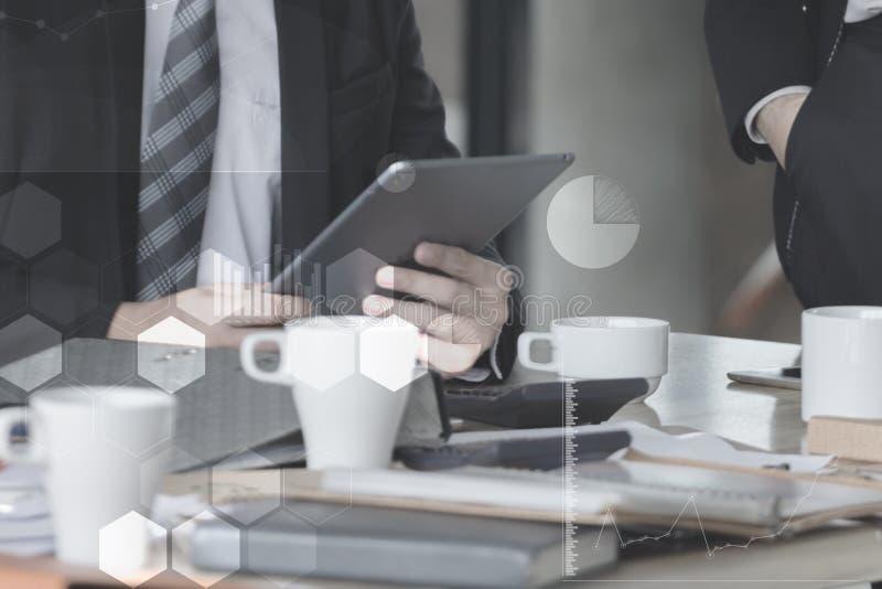 Affärsman med den rörande skärmen för finger av en digital minnestavla på kontoret på tabellen med dokumentgrafdata royaltyfri fotografi