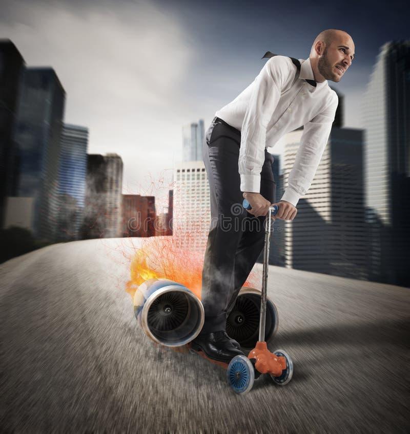 Affärsman med den snabba idérika sparkcykeln royaltyfria bilder