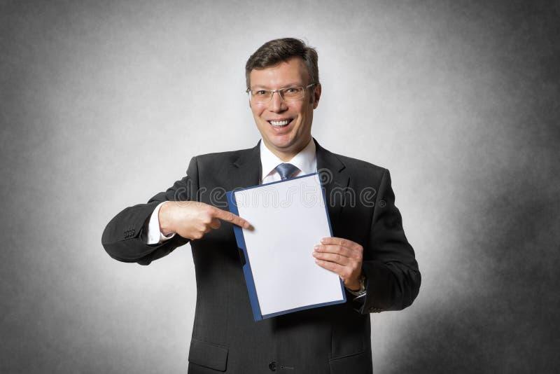 Affärsman med den tomma mappen arkivbild