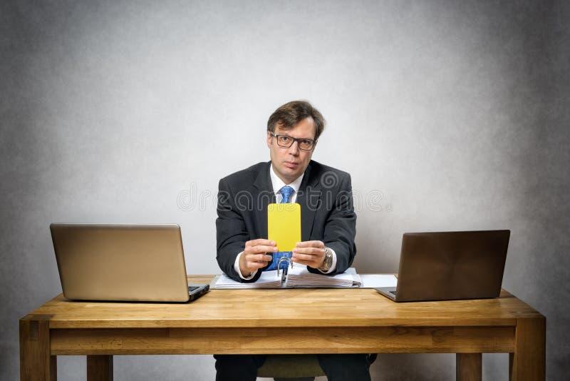 Affärsman med det gula kortet fotografering för bildbyråer