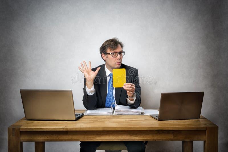 Affärsman med det gula kortet arkivfoto