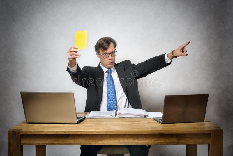 Affärsman med det gula kortet royaltyfri fotografi