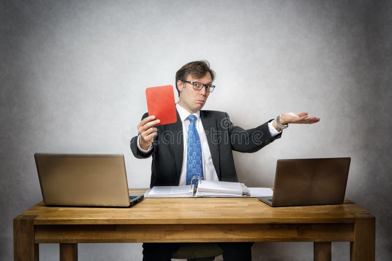 Affärsman med det röda kortet arkivbild