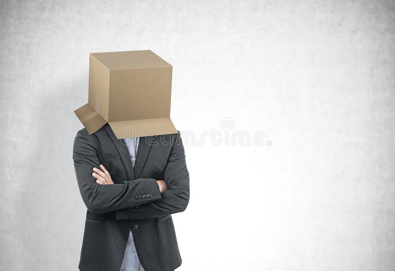 Affärsman med en ask på hans huvud, betong arkivbilder