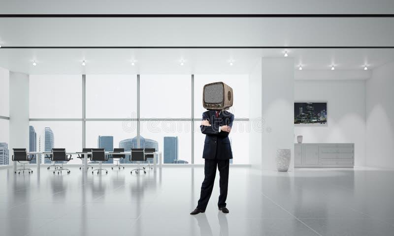 Affärsman med en gammal TV i stället för huvudet arkivfoto