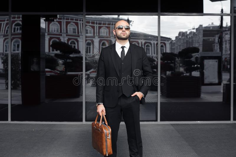 Affärsman med en påse nära kontoret royaltyfria foton