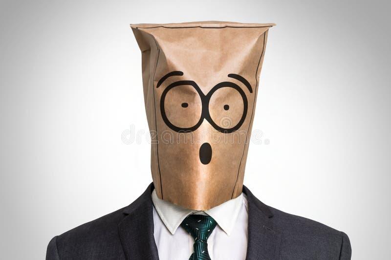 Affärsman med en påse på huvudet - med den förvånade framsidan royaltyfria bilder
