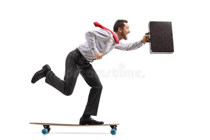 Affärsman med en portfölj som rider en longboard arkivbild