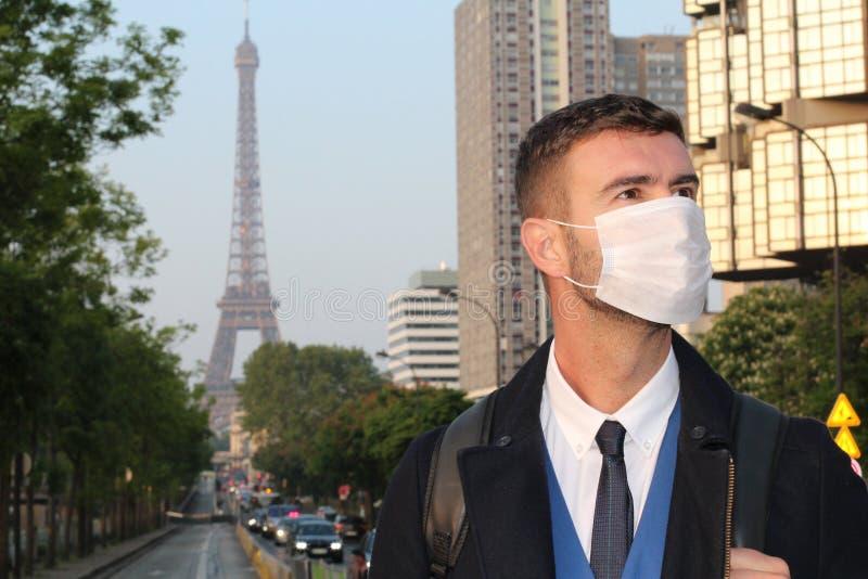 Affärsman med föroreningmaskeringen i Paris royaltyfria bilder
