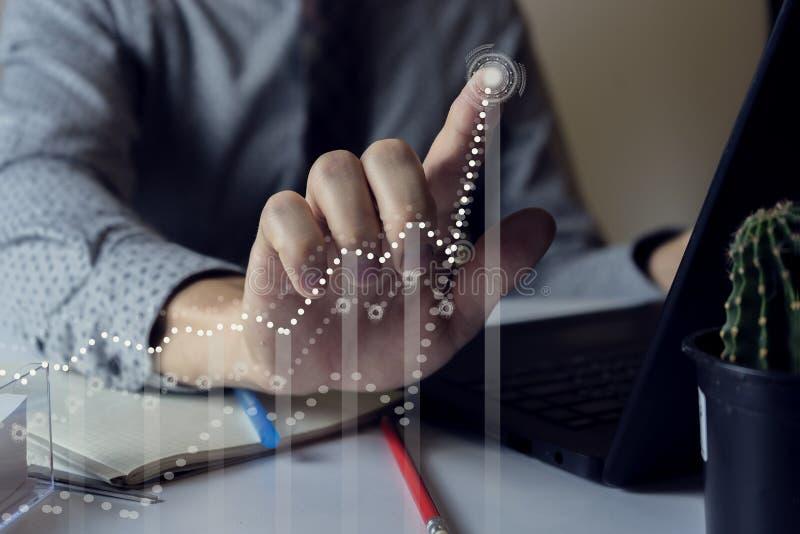 Affärsman med finansiella symboler från handen arkivfoton