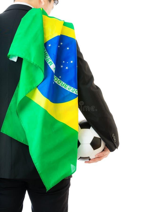 Affärsman med fotbollbollen och den Brasilien flaggan arkivbilder