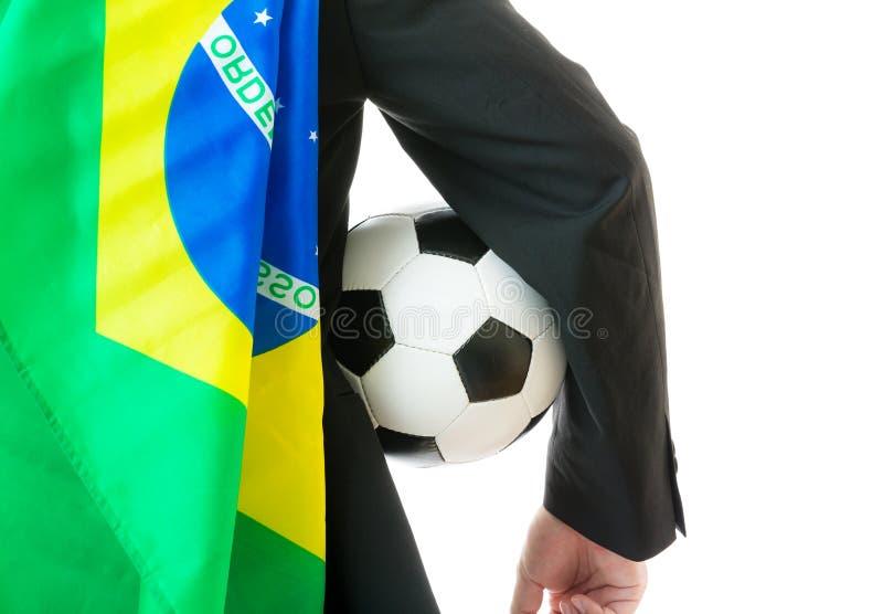 Affärsman med fotbollbollen och den Brasilien flaggan arkivfoton