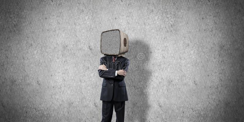 Affärsman med gammal TV i stället för huvudet arkivbild