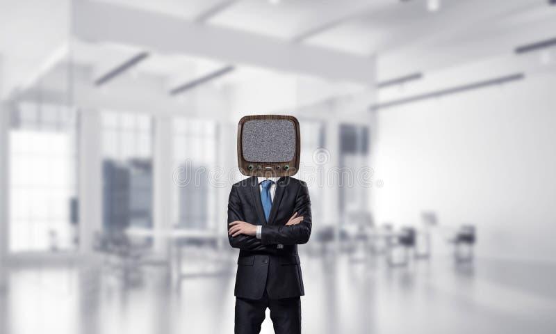 Affärsman med gammal TV i stället för huvudet royaltyfri bild