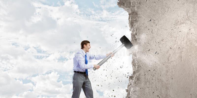 Affärsman med hammaren arkivbild